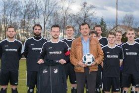 Ballspende von Kostas Boumakis an die erste Mannschaft des Glückauf Auerbach